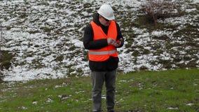 Cywilny inżynier chodzi do wzgórza i używa pastylka peceta zdjęcie wideo