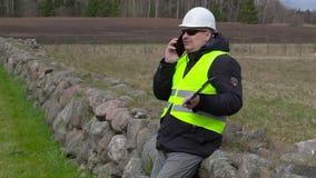 Cywilny inżynier opowiada na mądrze telefonie przy miejscem dokąd nowej budowy miejsce zbiory wideo
