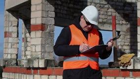 Cywilny inżynier pisze na pastylka pececie i opowiadający zbiory wideo