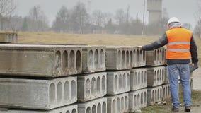 Cywilny inżynier sprawdza budowa panel z pastylka pecetem zdjęcie wideo