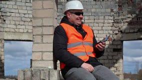 Cywilny inżynier używa pastylka peceta i początku śmiać się zbiory wideo