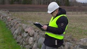 Cywilny inżynier z dokumentami przy miejscem dokąd nowej budowy miejsce zbiory wideo