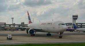 Cywilny samolot przy lotniskiem fotografia stock