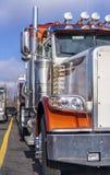 Część klasyczna duża takielunek pomarańcze semi ciężarówka z chromów akcesoriów stojakiem w linii na ciężarowej przerwie obraz stock