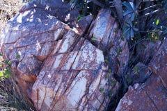 CZŁONUJĄCA skała Z BIAŁYM I CZERWONYM kolorytem zdjęcia royalty free