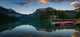 Czółna na pięknym Szmaragdowym jeziorze w Yoho parku narodowym, Kanada zdjęcie stock