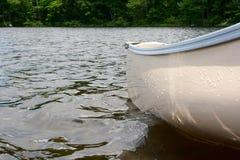 Czółno na wodzie Zdjęcie Royalty Free
