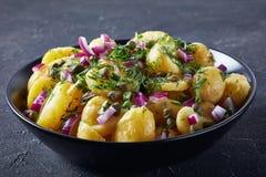 Cząber niemiecka nowa kartoflana sałatka, odgórny widok obraz stock