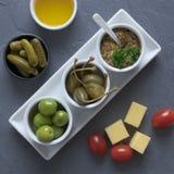 Cząberu prętowy karmowy naczynie Ser, pomidor, musztarda, kaparowe jagody, korniszony i oliwki, obraz royalty free