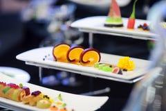 Cząsteczkowa nowożytna kuchnia Różnorodni fantazj naczynia na biel talerzach w restauraci Obrazy Royalty Free