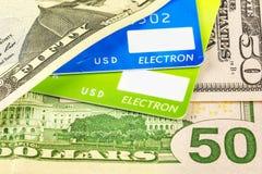 Część bank karty i części dolarowi rachunki Fotografia Stock
