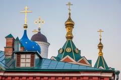 Część chrześcijaństwo kościół z złotymi krzyżami na złotych kopułach obraz stock