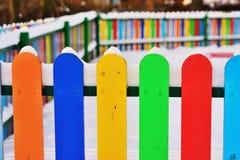 Część Colourful pionowo drewniany ogrodzenie Fotografia Stock