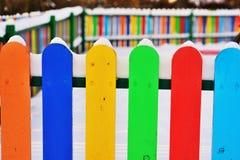 Część Colourful pionowo drewniany ogrodzenie Obrazy Stock