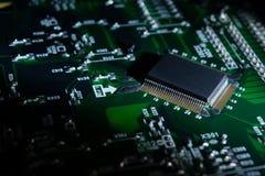 Część elektronicznego obwodu deska z elektronicznymi składnikami i microcircuit zdjęcia stock