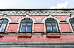 Część fasada stary budynek z menchiami pękał ściana z cegieł i Zdjęcia Royalty Free