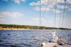 Część jacht w rzece przy słonecznym dniem Zdjęcia Royalty Free