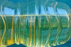 Część jasna plastikowa butelka z żółtym słonecznikowym olejem zdjęcie stock