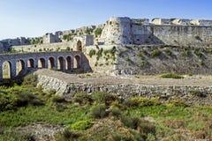 Część kasztel Methoni Messenia Grecja i błękitny morze krajobraz - średniowieczna Wenecka fortyfikacja obraz stock