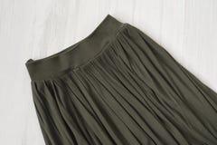 Część khaka spódnica na drewnianym tle modny pojęcie d fotografia royalty free