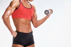 Część kobiety bodybuilder z dumbbell Zdjęcia Stock