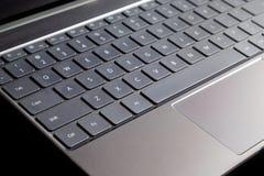 Część laptop klawiatura i touchpad odizolowywający na czarnym bocznym widoku rozpieczętowany laptop Obraz Stock
