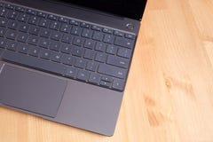 Część laptop klawiatura i touchpad rozpieczętowany laptop na drewnianym stołowym odgórnym widoku Zdjęcia Royalty Free