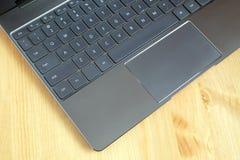 Część laptop klawiatura i touchpad rozpieczętowany laptop na drewnianym stołowym odgórnym widoku Zdjęcie Stock