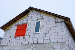 Część niedokończony biały cegła dom przeciw niebu zdjęcia stock