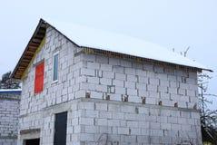 Część niedokończony biały cegła dom przeciw niebu obraz stock