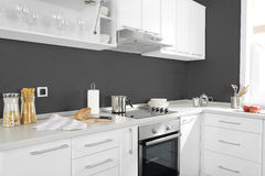 Część nowożytna kuchnia z elektrycznymi piecowymi piekarników szczegółami, kreślarzami i Obraz Stock