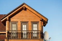 Część nowożytny drewniany dom na wsi z niebieskim niebem na tle Dach eco budynek mieszkalny blisko lasowego budynku Fotografia Stock