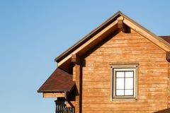 Część nowożytny drewniany dom na wsi z niebieskim niebem na tle Dach eco budynek mieszkalny blisko lasowego budynku i archit Zdjęcia Royalty Free