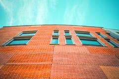 Część nowy budynek biurowy z niebieskim niebem obraz royalty free