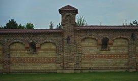 Część płotowa cegły ściana z filarem w środku Fotografia Royalty Free