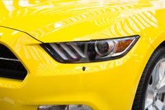Część początkowy kolorów żółtych sportów samochód Zdjęcia Royalty Free