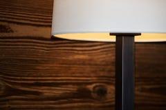 Część podłogowa lampa przeciw drewnianej ścianie fotografia royalty free