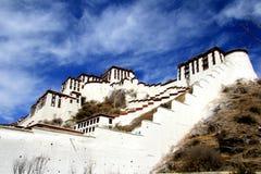 Część Potala pałac z ludźmi republiki inside Chiny flaga as well as wiele okno, zasłona, ściana z cegieł, Potala zdjęcie royalty free