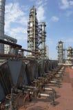 Część rafinerii instalacja przy fabryczną rafinerią ropy naftowej fotografia royalty free
