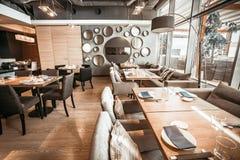Część restauracyjna główna sala Mod popielaci cienie Zdjęcia Royalty Free
