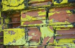 Część rysunkowi graffiti - kolorowy zniszczony ściana z cegieł Zdjęcie Stock