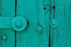 Część seledynu rocznika Stary drzwi z Krekingową farbą i Dużym Stalowym ryglem z śrubą i dokrętkami, tekstura, tło Obrazy Stock