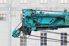 część stara pracująca turkusowa żuraw ciężarówka dla budowy na tło pałac Obraz Royalty Free