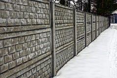 Część szary betonu ogrodzenie outdoors w śniegu Obrazy Stock