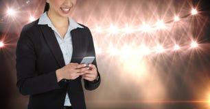 Część uśmiechnięta kobieta texting z światłami w tle Zdjęcie Stock