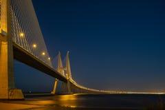 Część Vasco Da Gama ` s most w Lisbon, podczas nocy fotografia royalty free