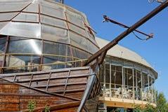 Część wielki drewniany dekoracyjny statek z restauracją na ulicie zdjęcia royalty free