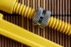 Część wyrwanie rzemieślnika narzędzie na drewnianym stole, Spanner Wytłacza wzory kolekcję, rocznika styl Zdjęcie Stock