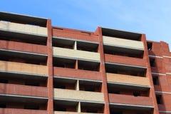 Część wysoki czerwony ściana z cegieł z balkonami Zdjęcia Royalty Free
