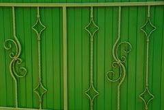 Część zieleni drzwi z forged prąciami i pięknym wzorem Zdjęcia Stock